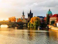 Прага осенью, вид на Карлов мост
