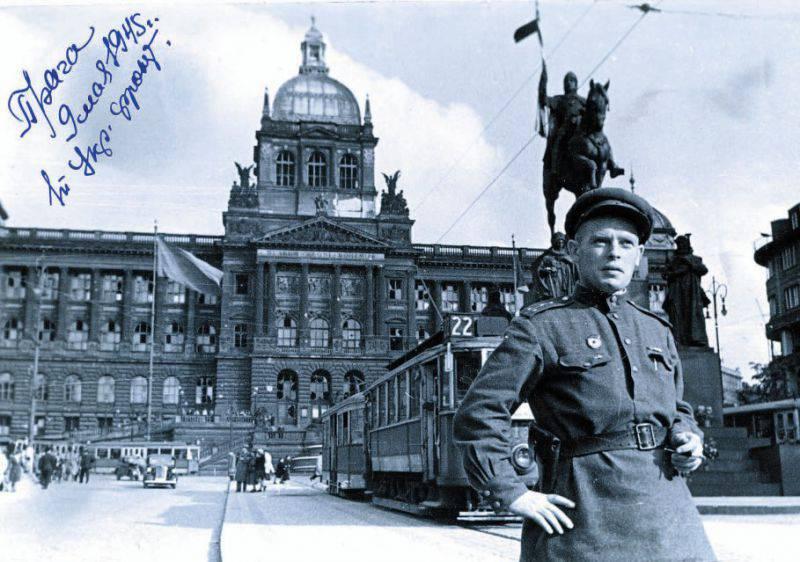 Советский солдат на фоне пражского Национального музея, Прага, Вацлавская площадь, 1945 год