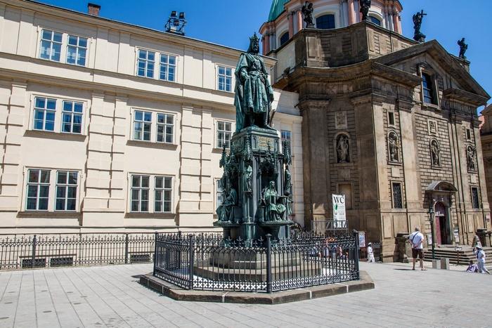 Памятник Карлу IV у Карлова моста в Праге