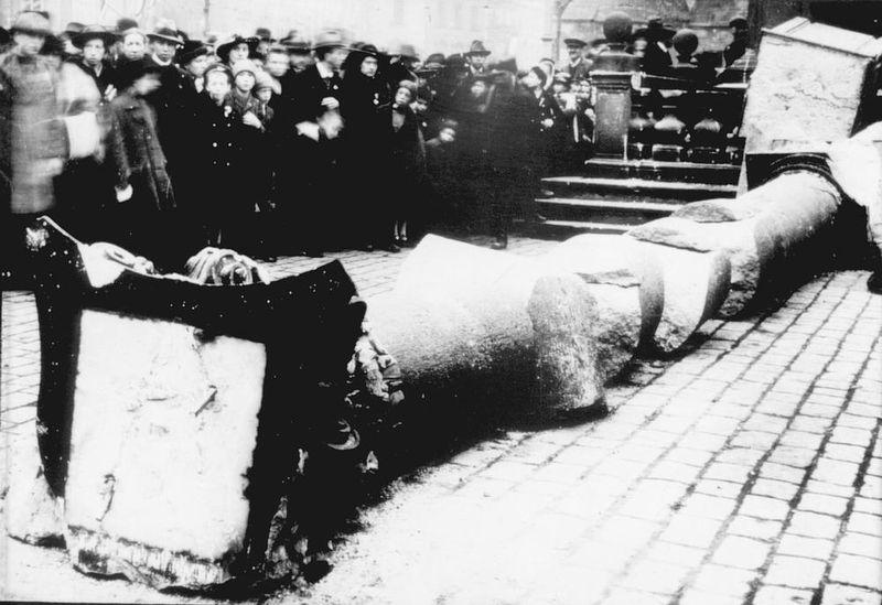 Поваленная Марианская колонна, 3 ноября 1918 года